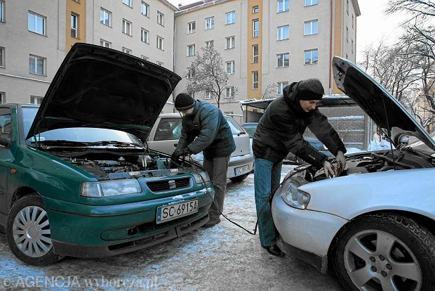 Jak bezpiecznie uruchomić samochód, gdy po mroźnej nocy rozładuje nam się akumulator? Metoda na hol nie zawsze jest bezpieczna