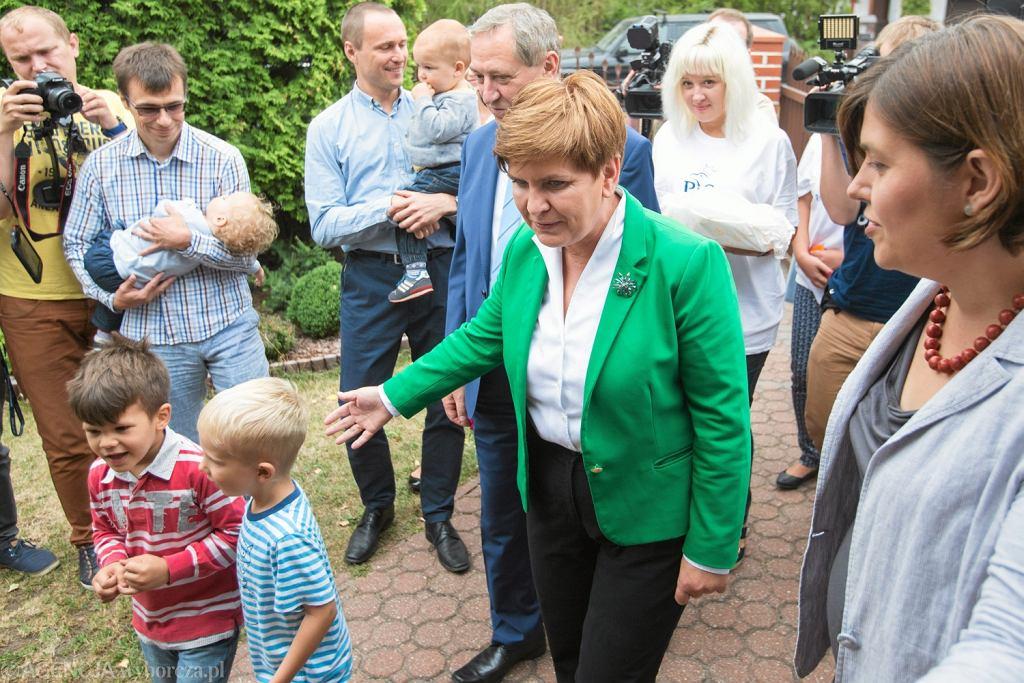 Beata Szydło z wizytą u rodzin wielodzietnych
