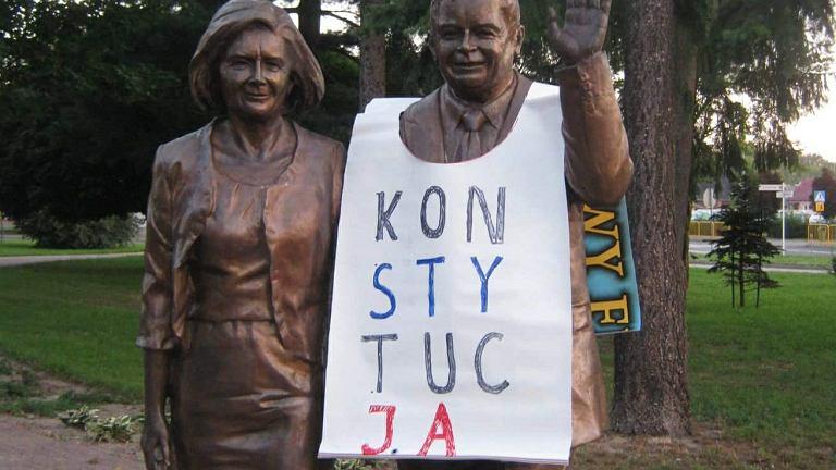 Biała Podlaska. Założył koszulkę na pomnik Lecha Kaczyńskiego. Sąd: zatrzymanie policji bezzasadne