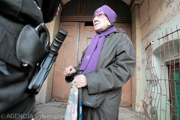 Halina Kułaczek przed kamienicą przy ul. Jackowskiego. Choć wezwała policję, funkcjonariusze nie pomogli jej dostać się do mieszkania