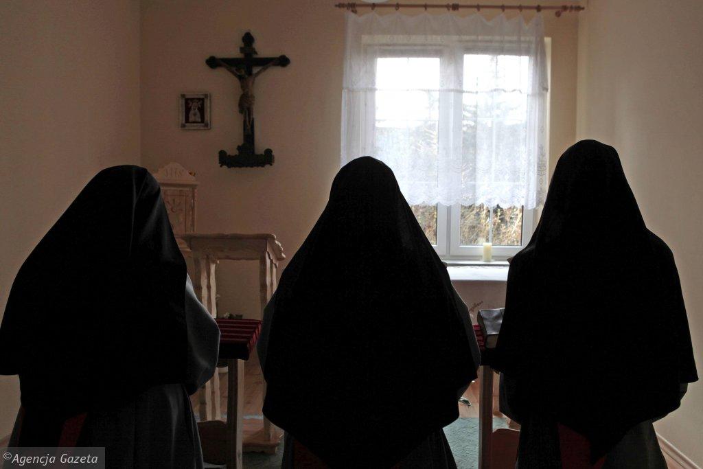 Siostry, które rozmawiały z Martą Abramowicz, często zaczynały rozmowę od tego, że nie chcą, żeby ktoś przez nie stracił wiarę, żeby to, co powiedzą, dotknęło siostry w zgromadzeniu (fot. Piotr Skórnicki / Agencja Gazeta)