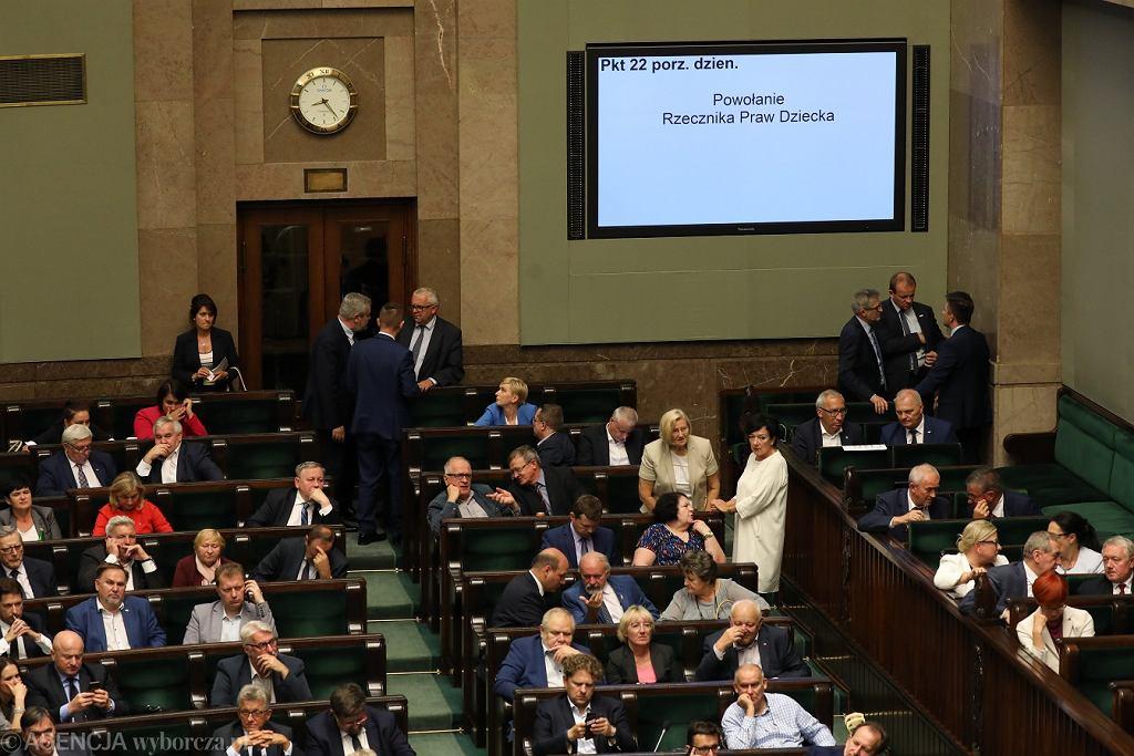 Posłowie podczas głosowania nad powołaniem rzecznika praw dziecka