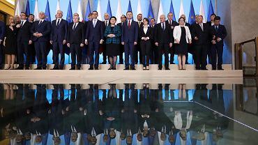 Premier rządu PiS Mateusz Morawiecki i ministrowie przed pierwszym po rekonstrukcji posiedzeniem gabinetu. Warszawa, 9 stycznia 2018