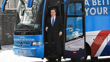 Premier David Cameron wysiada z kampanijnego autokaru w Swindon, by wygłosić partyjny manifest