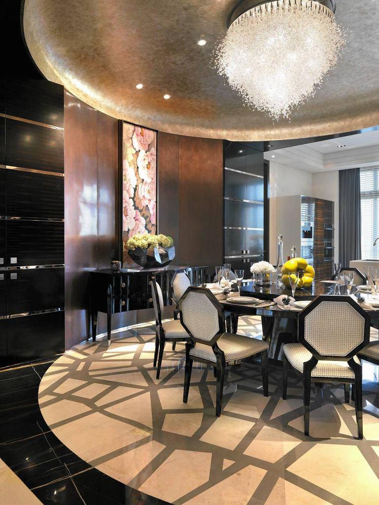 Jadalnia w blasku kryształów. Skrzący się pod sufitem kryształowy żyrandol nadaje tej geometrycznej stylizacji luksusowy charakter.