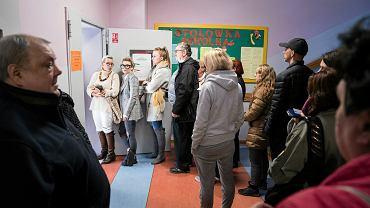 Kolejka do lokalu wyborczego - Komisja Obwodowa nr 4 w SP 32 przy ul Edelmana w Warszawie. Wybory samorządowe, 21 października 2018