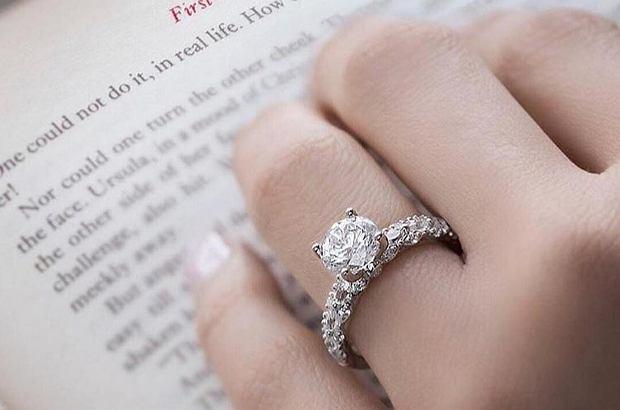 Zaręczyny czy ślub to okazja do tego, aby przyjrzeć się rozmiarom pierścionków. Jak dobrać odpowiedni?