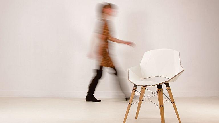 Krzesło Moon'y (2011) Projektując je, Tekieli chciała zaprzeczyć stereotypom, że gięta sklejka kojarzy się z formami obłymi. Kanciaste i ostre kształty mebla sprawiają, że wygląda on jak statek kosmiczny, ale jest bardzo wygodny.