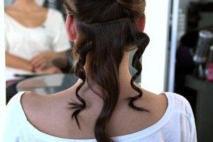 Lula Beauty: 7 błędów przy kręceniu włosów na lokówkę. Na pewno zaliczyłaś przynajmniej 4