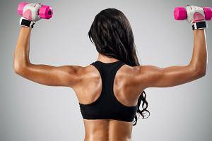 Trening pleców w domu - efektywne ćwiczenia na drążku i z hantlami