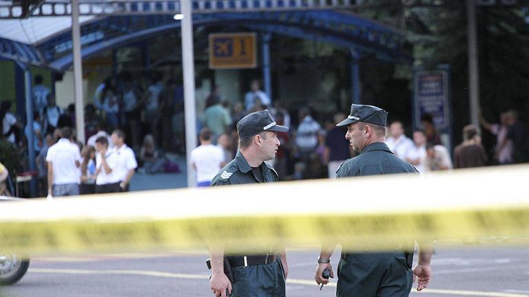 Policjanci przed zamkniętym lotnisku w Burgas, gdzie doszło do zamachu na izraelskich turystów