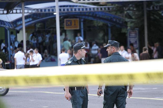 Policjanci przed zamkni�tym lotnisku w Burgas, gdzie dosz�o do zamachu na izraelskich turyst�w