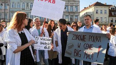 Protest młodych lekarzy rezydentów, pielęgniarek, ratowników medycznych, diagnostów i innych pracowników służby zdrowia na Starym Rynku  w Bydgoszczy