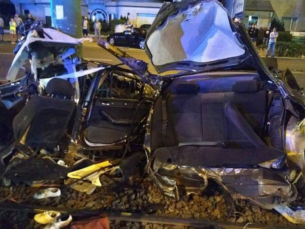 Wypadek BMW w Poznaniu. Samochód 'owinął się' wokół słupa trakcyjnego