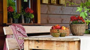 Wiklinowe kosze na owoce i warzywa albo skrzynie na pościel - konieczny element w rustykalnych wnętrzach. Pełnią nie tylko funkcję użytkową, ale również dekoracyjną.