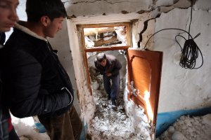 Tragiczne skutki lawin w Afganistanie. Wioski pogrzebane pod �niegiem [ZDJ�CIA]