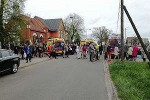 Pierwsza komunia w Przyłękach. Po mszy kobieta wjechała w ludzi. Pomyliła biegi?