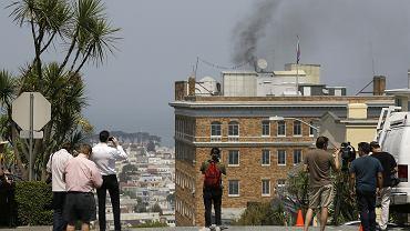 Czarny dym unosi się z komina rosyjskiego konsulatu w San Francisco. Zdjęcie zrobiono 1 września 2017 r., dzień wcześniej administracja prezydenta Donalda Trumpa postanowiła zamknąć tę placówkę.