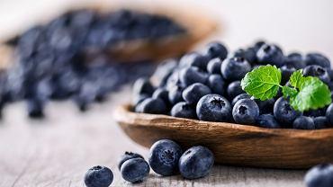 Polifenole są związkami chemicznymi występującymi w wielu roślinach oraz owocach (np. jagodach, winogronach), w których stanowią naturalny mechanizm obronny