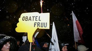 Demonstracja pod biurem PiS w Krakowie po odwołaniu Ryszarda Czarneckiego ze stanowiska wiceprzewodniczącego Parlamentu Europejskiego.