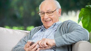 Seniorzy coraz częściej korzystają z bankowości mobilnej