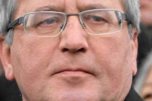 Prezydent Bronis�aw Komorowski ZGOLI� w�sy. Internet oszala�!