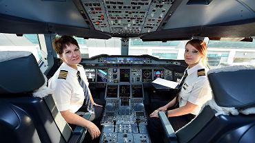 Od lewej: kapitan Patricia Bischoff z Kanady i pierwsza oficer Rebecca Lougheed z Wielkiej Brytanii