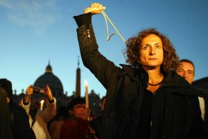 """""""Pozdrowienia w kolorach tęczy. Putinowi w twarz"""". Włoska transpłciowa działaczka zatrzymana w Soczi"""