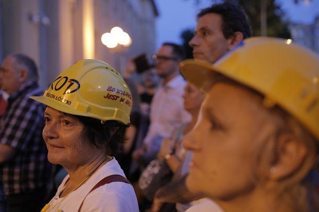 Zdjęcie numer 26 w galerii - Tłumy przed Sądem Okręgowym w Łodzi. Protest przeciwko zmianom PiS w sądownictwie [ZDJĘCIA]