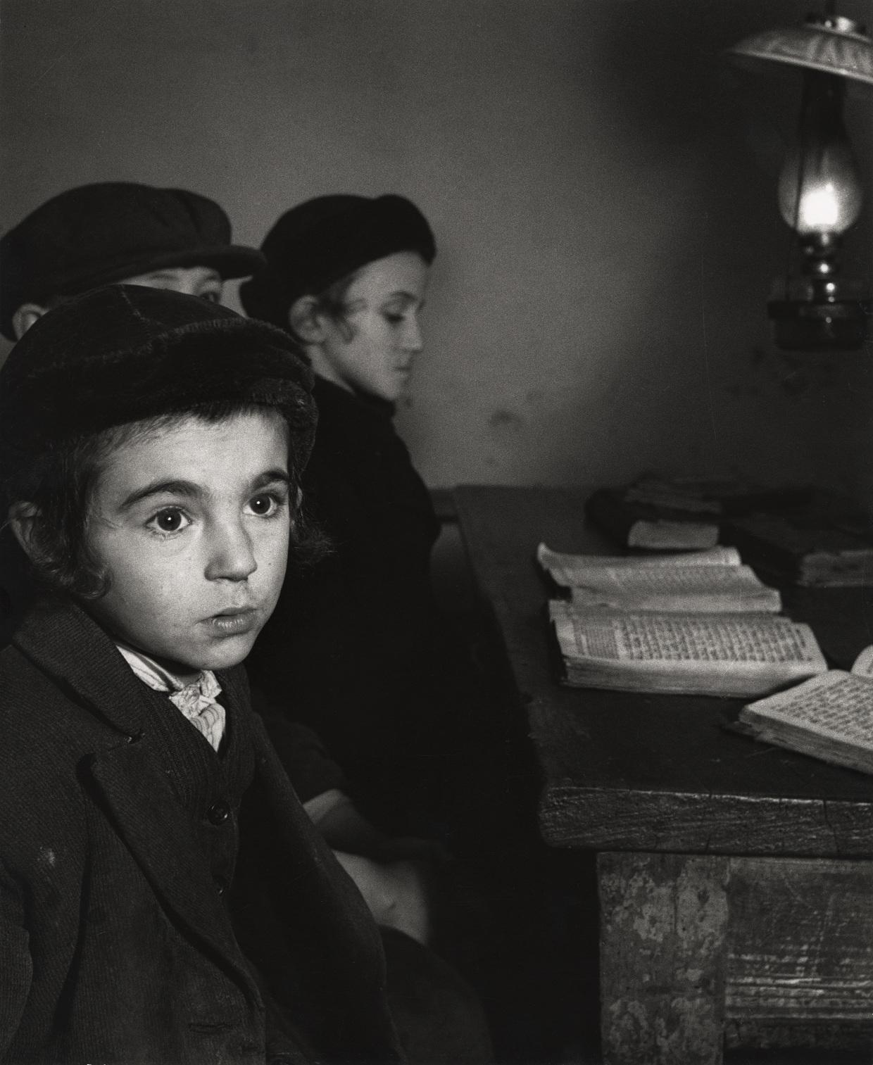 Dawid Eksztajn, lat 7, i jego koledzy z klasy w chederze (żydowskiej szkole podstawowej), Brody, ok. 1938 (fot.   Mara Vishniac Kohn, dzięki uprzejmości  International Center of Photography)