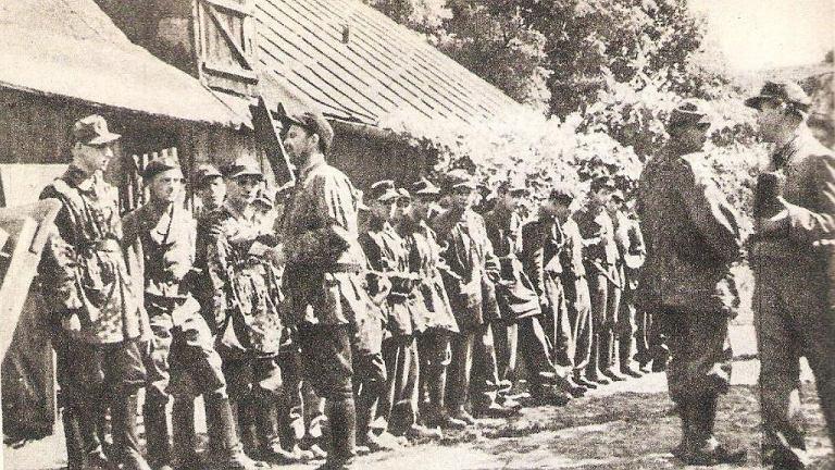 Powstanie warszawskie, 2 sierpnia 1944 r., ul. Okopowa. Drugi od prawej to prawdopodobnie Wiwatowski. Może o tym świadczyć charakterystyczna czapka pojawiająca się w relacji lekarza oddziału, który 11 sierpnia rozpoznawał zmasakrowane ciało.