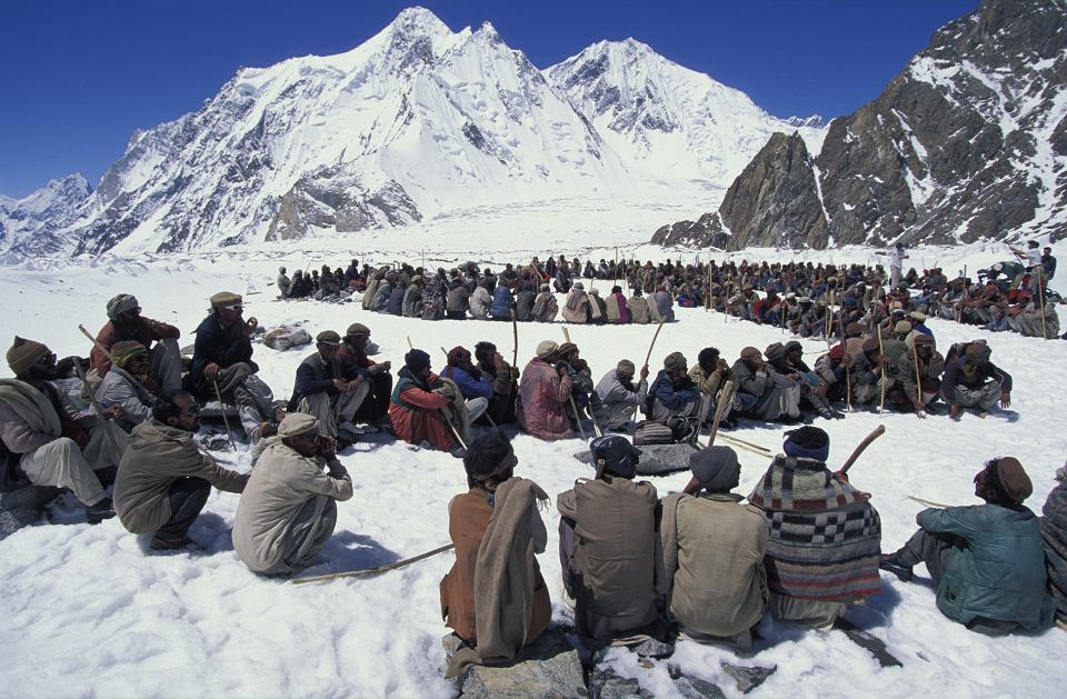 K2 w zimie atakowano tylko trzy razy. W 1987 r. rzeczy i jedzenie dla 30 osób ważące 17 ton niosło do bazy 1200 pakistańskich tragarzy.