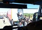 """""""Dwóch już masz!"""", """"Wiem. Co zrobić?"""". Imigranci w Calais włamują się do ciężarówek, by wjechać do Wlk. Brytanii"""