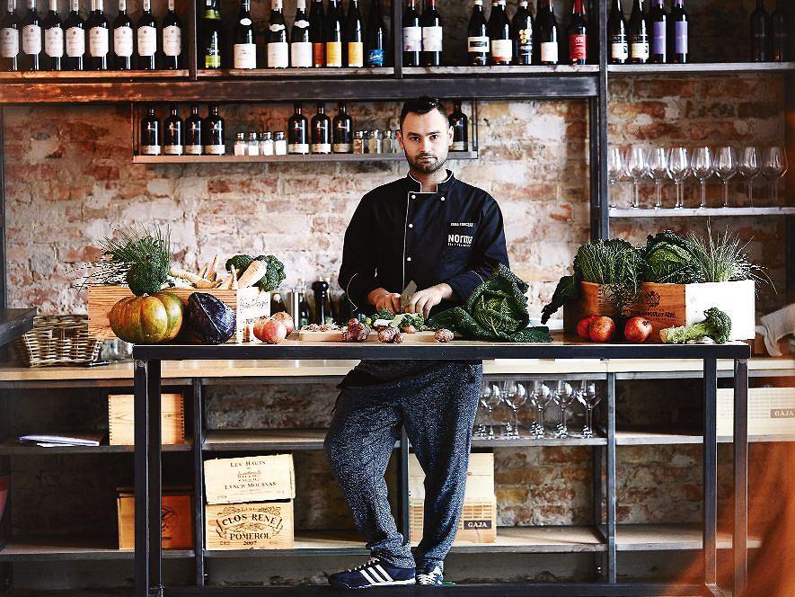 Szef kuchni Kuba Korczak, gotuje wedle zasad slow food. Z fantazją miksuje kuchnię polską, azjatycką i włoską.