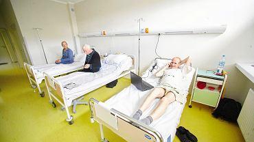 Pacjenci na oddziale chemioterapii. Dzięki odkryciu australijskich naukowców w przyszłości ta inwazyjna metoda leczenia nie będzie już potrzebna (zdjęcie ilustracyjne)