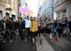 """Turcy zak�adaj� sk�pe sp�dniczki. To protest przeciwko przemocy wobec kobiet. """"Mini nie usprawiedliwia gwa�tu"""""""