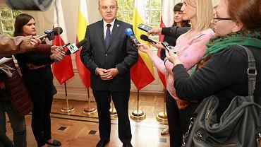 Prezydent Tadeusz Truskolaski podczas konferencji prasowej