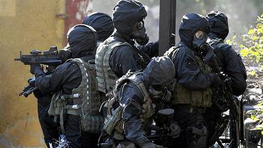 Żołnierze GROM-u podczas ćwiczeń.