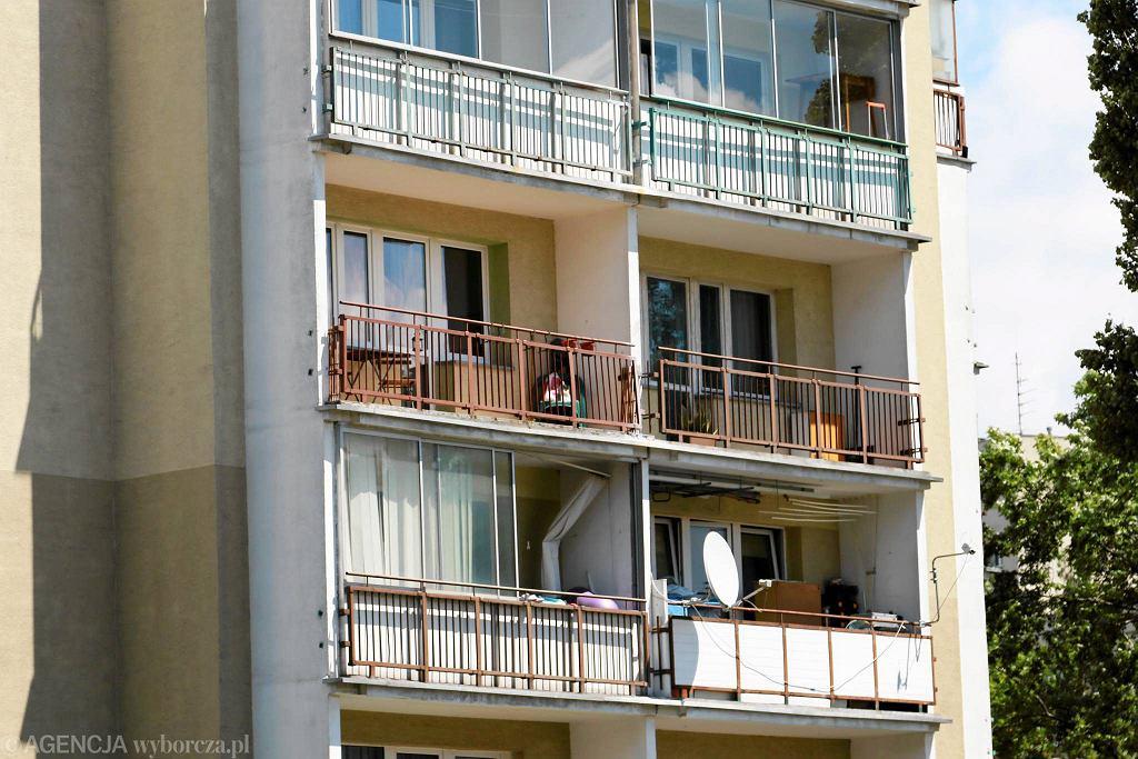 Wilanów. Matka poszła na piwo, 4-latek wypadł z balkonu. Są zarzuty prokuratorskie