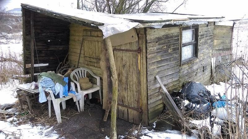 Tutaj mieszka bezdomna kobieta, która opiekowała się bezpańskim psem