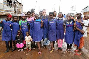 """Ushirika znaczy """"razem"""": Rzemieślnicy i krawcowe ze slumsów w Nairobi wraz z młodą artystką z Warszawy wspólnie tworzą modę dla tych, którzy wierzą, że ubranie to coś więcej niż produkt."""