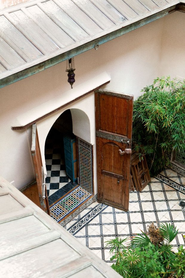 Tradycyjny marokański riad, czyli dom z wewnętrznym dziedzińcem, w którym kwitnie ogród. Drzwi mają lekko sto lat, zostały odrestaurowane, podobnie jak podłoga.