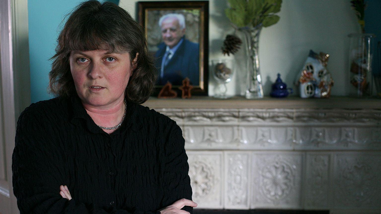 Izabella Sariusz-Skąpska, w tle zdjęcie jej ojca