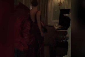 Suknia mia�a wielki dekolt, ale zas�ania�a nogi i po�ladki. Kate Hudson postanowi�a co� z tym zrobi�. Wow!