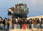 Imigranci na Lampedusie ustawiani nadzy na placu i spryskiwani �rodkiem dezynfekcyjnym [WIDEO]