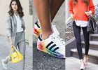 Kolorowe sneakersy w stylizacjach do pracy