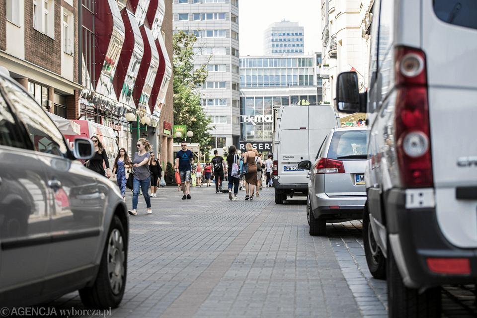 Nielegalnie zaparkowane samochody na Chmielnej