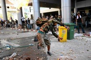 Premier Tajlandii bezpiecznie opu�ci�a szturmowany kompleks policyjny