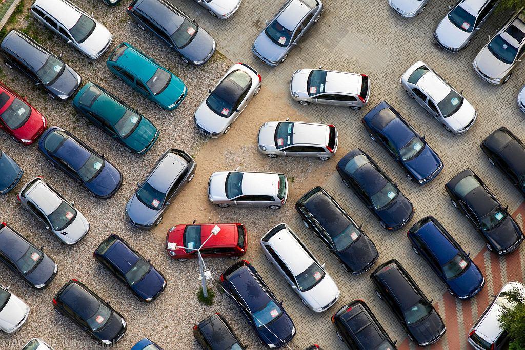 Komis samochodowy.