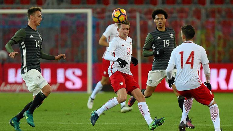W środku Jarosław Kubicki w meczu reprezentacji Polski do lat 21 z Niemcami